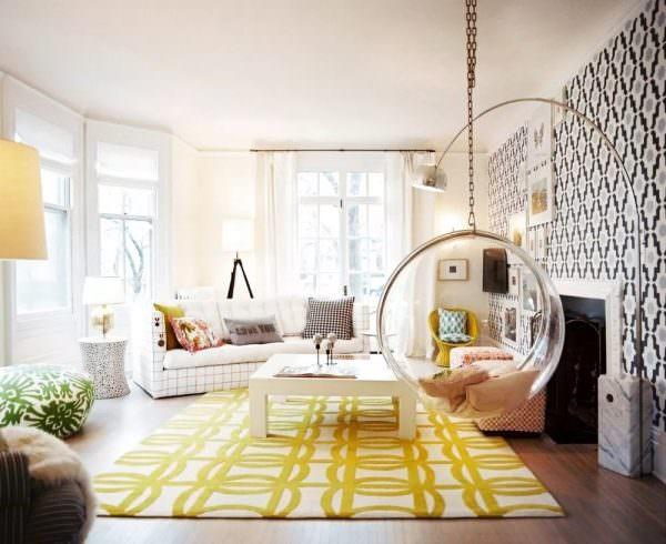 Асимметричное расположение мебели в комнате помогает разнообразить рутинную ежедневность.