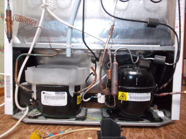 Количество компрессоров в холодильнике. В основном зависит от количества камер, однако в двухкамерных холодильниках устанавливают как один, так и два компрессора.