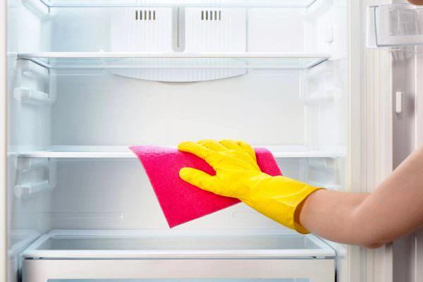 Также при очистке холодильника стоит обратить внимание на качество и состав моющих средств и приспособлений.