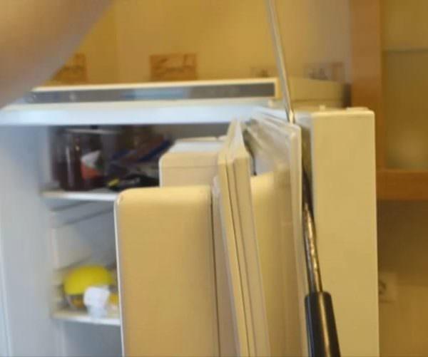 Если пространство между резинкой и дверцей не больше 3 мм, бумага, сложенная в несколько слоев, поможет решить проблему.