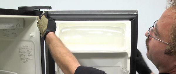 После того, как поверхность высохнет, можно приступать к поклейке новой прокладки.
