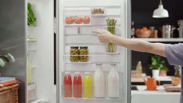 На двери теплее всего – от +5 градусов. Температура зависит от частоты открывания. Здесь можно выставлять лимонады, шампанское или майонез.
