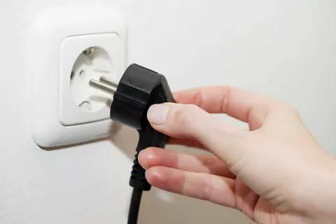 При подключении холодильника к сети, убедитесь, что розетка для него предназначенная заземлена. Лучше купить специальный сетевой адаптер, который убережет ваш агрегат от перепадов напряжения.