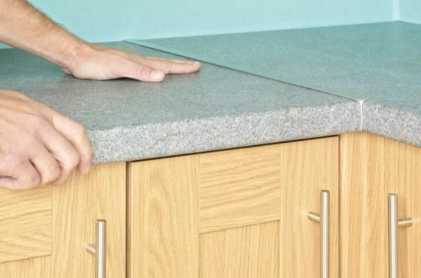 Кромка для мебели - это полоска из меламина, поливинилхлорида, АБС-пластика или другого материала, которая выступает качестве декора и способа защиты изделия.