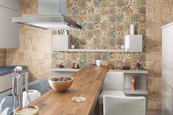 Плитка из керамики обладает высокой долговечностью и низким уровнем поглощением влаги, что очень важно для кухонных помещений.