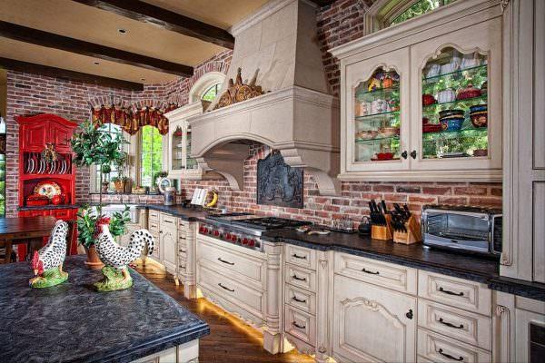 В стиле прованс нет особых ограничений по цвету, поэтому хозяйка может сама решать, какой оттенок ей больше всего нравится. Для декора кирпичной стены в стиле прованс на кухне лучше использовать старую мебель.