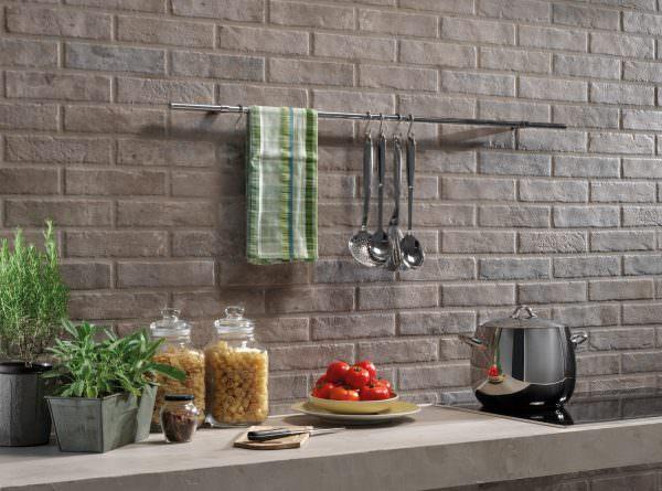 Чтобы быстрее определится со стеной, которую лучше отделать кирпичом или другим материалом, нужно обратить внимание на естественное освящение.