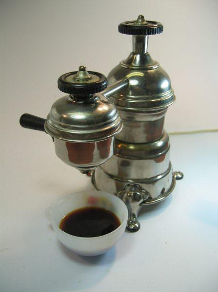 Приближенная к современному виду кофеварка, была создана в 1800 году архиепископом де Беллуа
