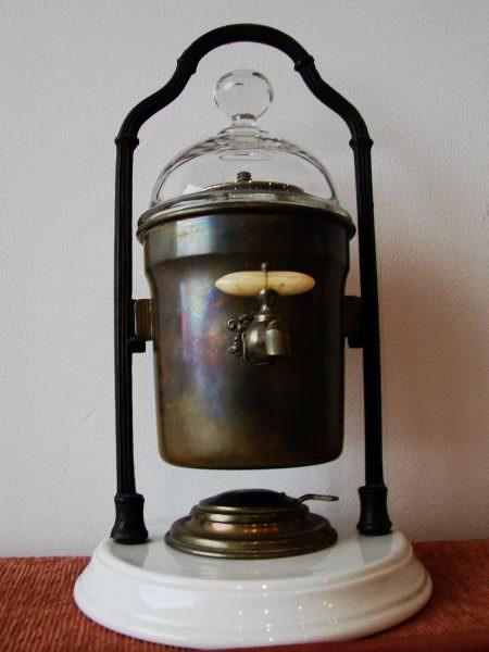 А в 1833 году англичанин Самюэль Паркер создал кофеварку гейзерного типа.