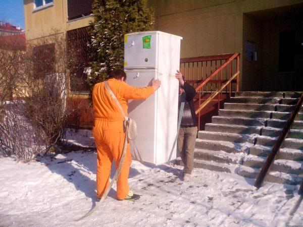 Многие магазины, при покупке, оформляют бесплатную доставку и перевезут ваш холодильник должным образом.