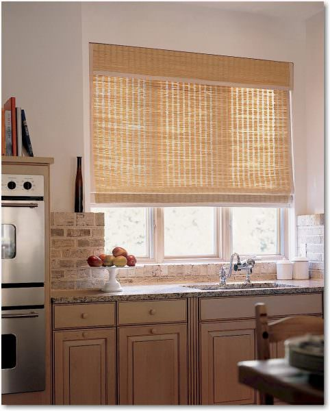 Рулонные шторы – созданы наподобие римских штор, с одним лишь отличием – полотно ткани свернуто в рулон, такие шторы плотно прилегают к окну и не развеваются на ветру.