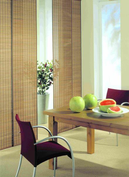 Японские шторы – раздвижные полотна ткани, они способны двигаться как дверцы шкафа-купе.