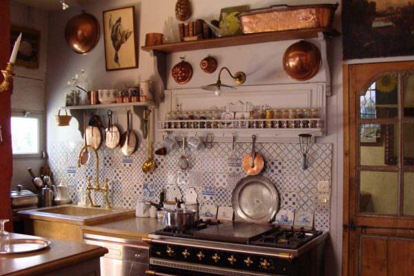 Даже потрескавшаяся посуда может выполнять декоративную функцию в интерьере в стиле прованс.