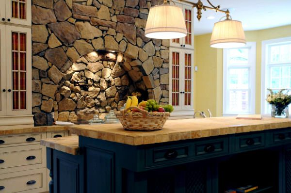 Столешница должна быть выполнена из искусственного или натурального камня, а также подойдет дерево.