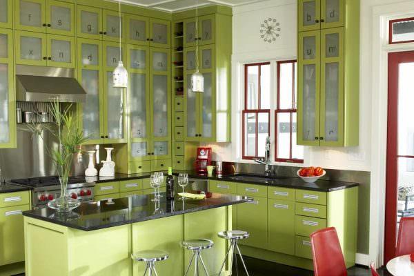 Чтобы грамотно подобрать цветовое сочетание, надо знать, с какими оттенками допустимо применять салатовую кухню в интерьере.