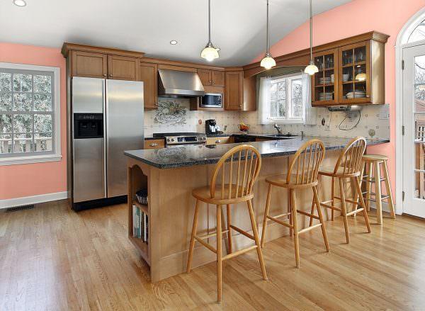 В классическом, неоклассическом интерьерах много элементов, а персиковые тона здесь рекомендуется сочетать с жемчужно-белым, бежевым, серебряным.