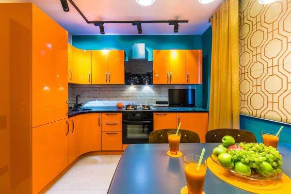 Сочетания с персиковым выходят достаточно аппетитными, что очень характерно для кухонного пространства.