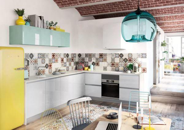 Выбирайте плитку с узорами, в виде кирпичной кладки или с геометрическим рисунком, чтобы создать яркий и необычный дизайн.