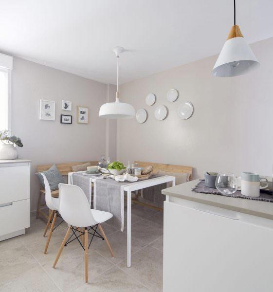 Чтобы кухня не казалась пустой, скучной и стерильной, рекомендуется использовать посуду и кухонную утварь в качестве аксессуаров.