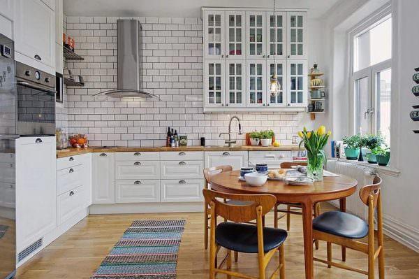 Для скандинавской кухни характерна просторность и обилие света.