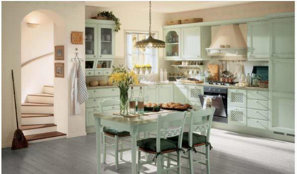 Солнечная кухня, на которой легко представить хлопочущую у плиты хозяйку, аромат и тепло свежей выпечки.