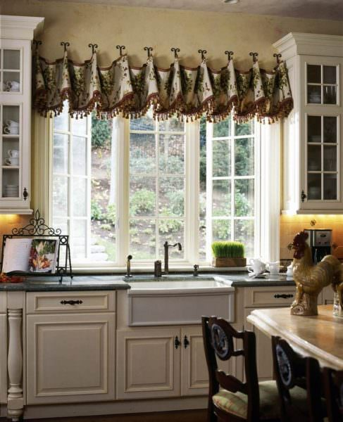 Ламбрекен визуально утяжеляет окно, поэтому применим не везде. Владельцам просторной светлой кухни с широким оконным проемом, он подойдет, а на маленькой выглядит неуместно.