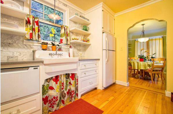 Чтобы сохранить единство стиля кантри, ткань нужно использовать того же цвета и фактуры. Мебельные «юбки» помогут хозяйке скрыть беспорядок в шкафу или под раковиной, если нет дверей.