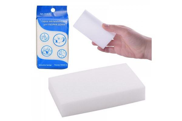 Чтобы безопасно убирать царапины и эффективно очищать покрытие холодильника, особенно белого цвета, специалисты рекомендуют использовать меламиновую губку, которая содержит меламиновую смолу и микроволокно из синтетики.