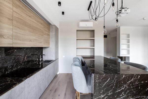 Мрамор, дерево и бетон собраны вместе, чтобы создать сырое, но изысканное пространство.
