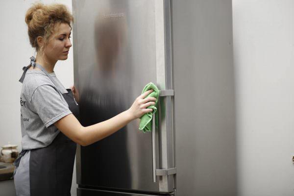 Удалить трудно выводимые загрязнения или жирные пятна поможет слабо концентрированный уксусный раствор.