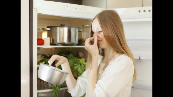 Неприятный запах в холодильнике может стать причиной порчи продуктов, которые в нем хранятся.
