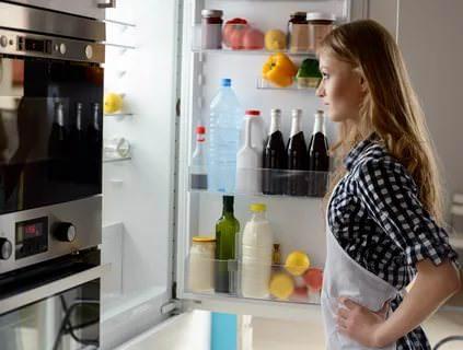 Даже неправильно выставленная температура в холодильнике может стать причиной появления неприятного запаха.