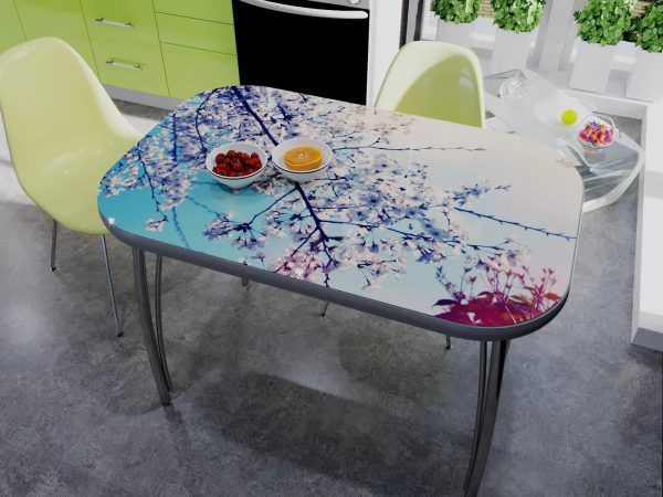 Узоры на столе украшают всю комнату, главное не переборщить: остальные предметы интерьера не должны быть пестрыми.