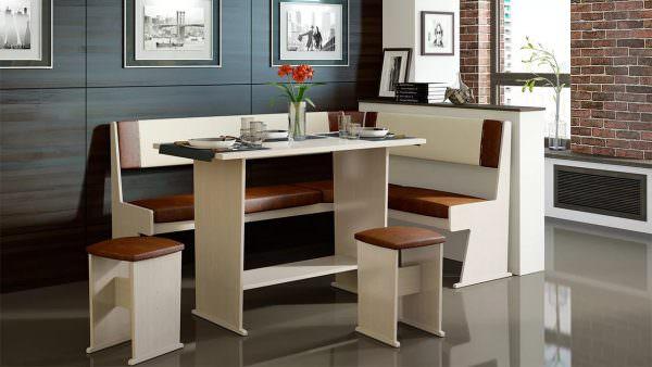 Распространенные материалы МДФ и ДСП, первый на порядок дороже, из второго изготавливается самая бюджетная мебель.