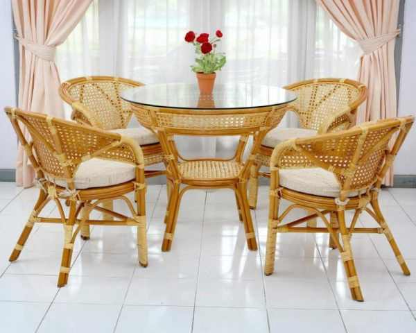 Ротанг представляет собой пальмовые волокна, он больше уместен на открытом воздухе: на террасе или даче, но для кухонной мебели тоже применим.