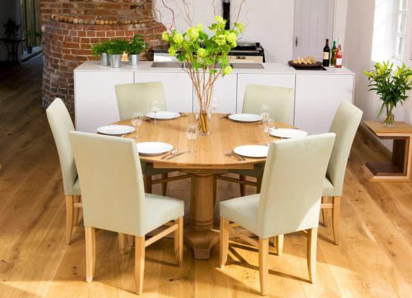 Круглая форма неудобна для рассадки большого числа гостей дома, так как из-за диаметра тяжело дотянуться до нужных блюд.