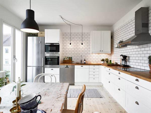 Классикой скандинавского интерьера являются подвесные светильники, которые можно расположить над обеденной зоной – столом или барной стойкой, в центре небольшой кухни или над островом рабочей области.