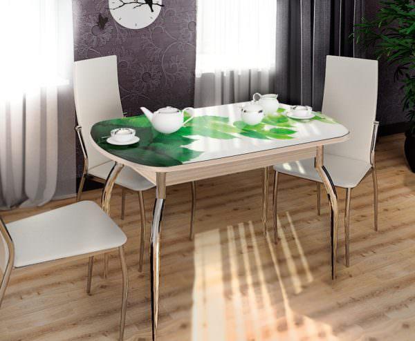 Под скатертью может скрываться необычный стол-раскладка с полной гарантией устойчивости.