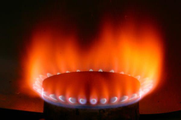 Красное пламя домашней газовой плиты, свидетельствует о выделении распада опасных веществ.
