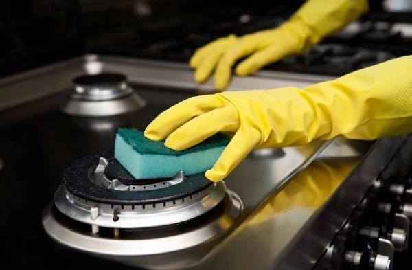 Часто конфорки просто забиваются пылью или мелкими частицами еды.