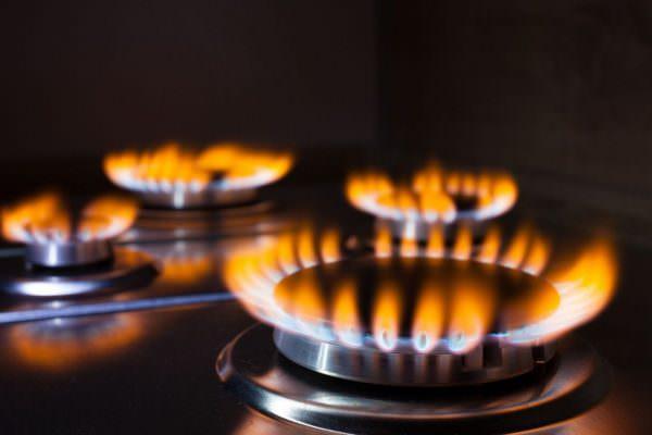 Есть две причины, почему газ горит оранжевым цветом в плите.