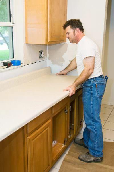 Независимо от материала, ремонт столешницы начинают с тщательного осмотра.