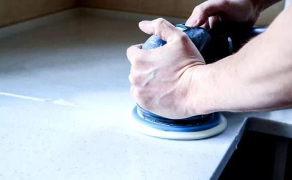 Неглубокие царапины можно удалить шлифованием и полировкой.
