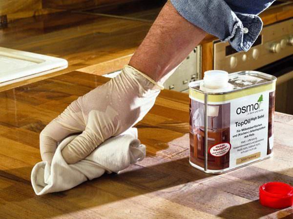 Профессиональные реставраторы используют для ремонта столешницы своими руками различные виды мебельного воска