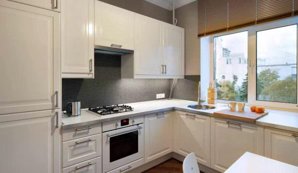 Такой вариант также хорошо подходит для маленькой кухни, ведь обычно область у окна вообще не используется.