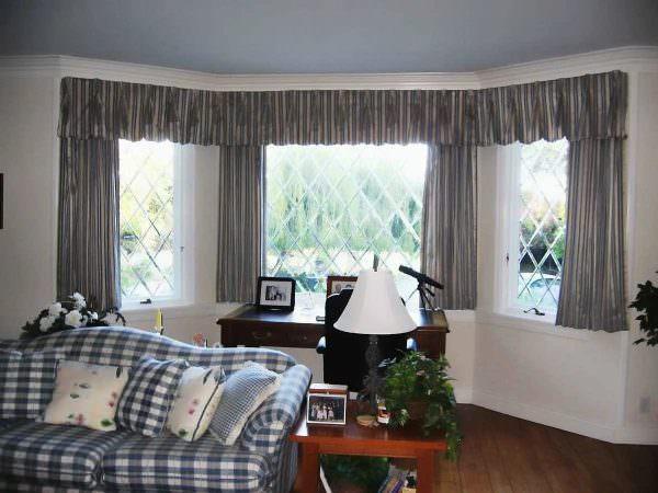 В сочетании с воздушным тюлем хорошо смотрятся укороченные плотные шторы без складок.