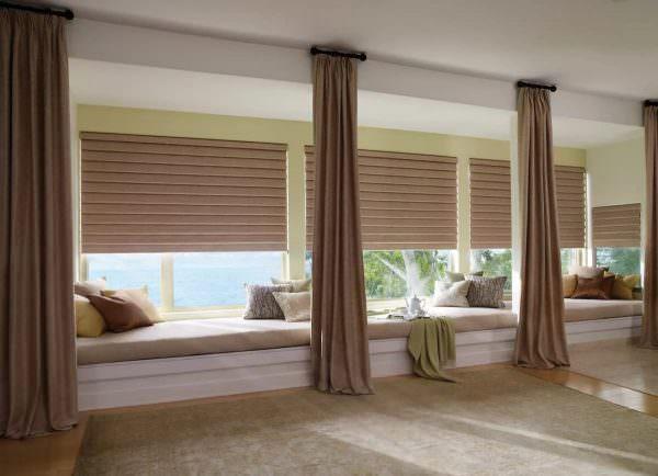 Невысокое вытянутое вширь окно можно уравновесить потолочным карнизом, не выступающим за оконные проем, в сочетании с тяжелыми однотонными шторами на декоративных кольцах.