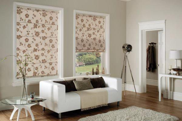 Мода на минимализм вернула в список трендов римские шторы — ровные тканевые полотна, закрепленные на поперечных планках впритык по размеру окна