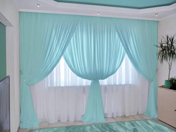 Эклектика и стиль лофт подразумевают открытость оконных пространств, для них приветствуется полное отсутствие штор или легкий невесомый тюль без рисунка.